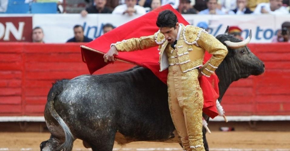 28.jan.2013 - O toureiro espanhol Alejandro Talavante enfrenta o touro Hachiko, de 508 kg, durante a 15ª corrida da Grande Temporada 2012-2013, na praça de Touros, na Cidade do México