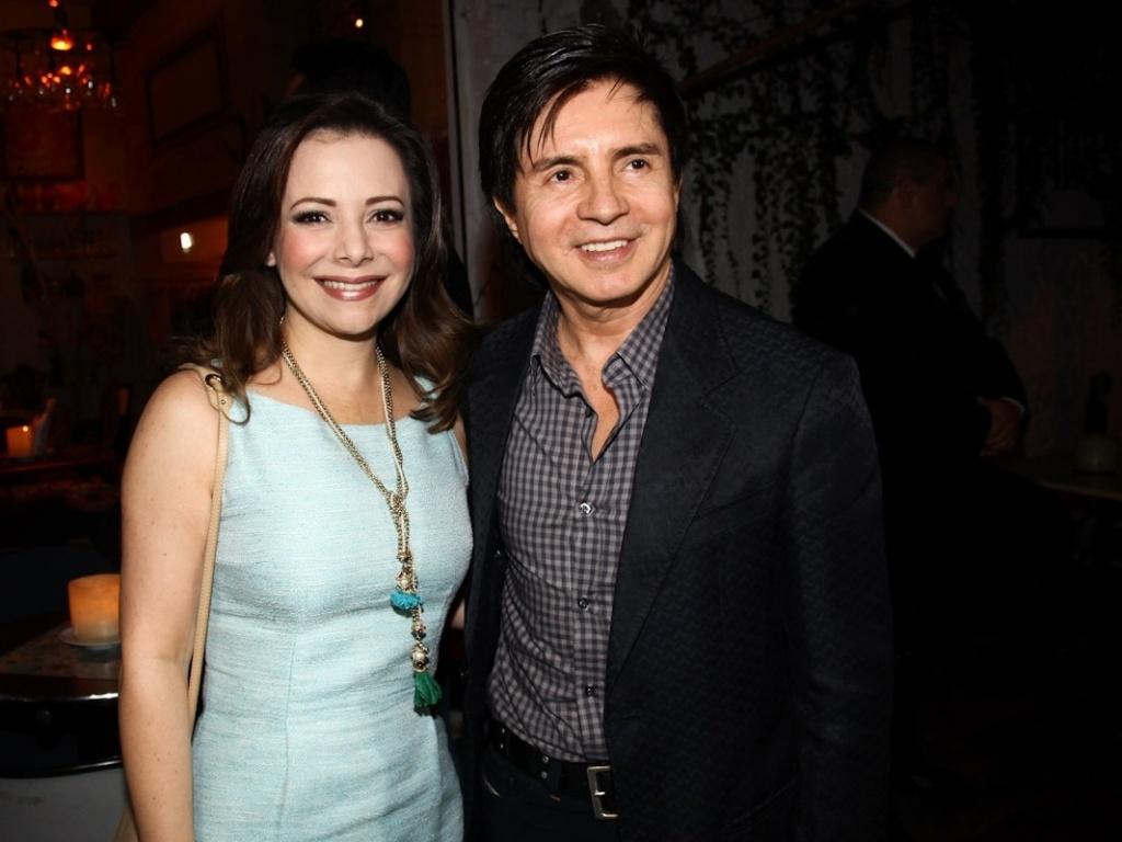 28.jan.2013 - Os pais Xororó e a esposa comparecem ao aniversário de 30 anos da filha Sandy em restaurante em São Paulo