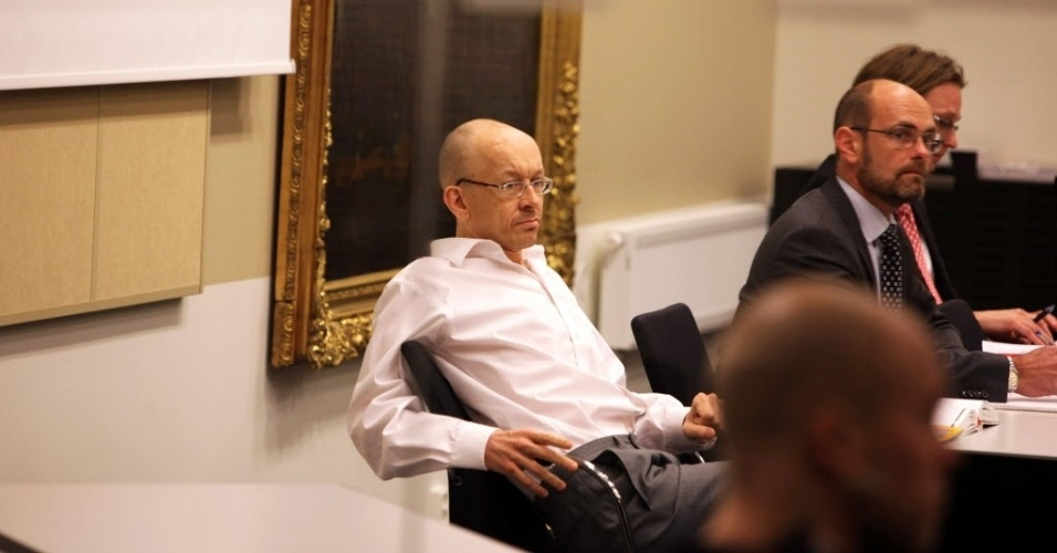 """28.jan.2013 - Peter Mangs (centro), o """"atirador racista"""", como ficou conhecido, aguarda julgamento na Corte de Apelações de Malmo, na Suécia. Acusado de assassinar imigrantes entre 2003 e 2010, ele se diz inocente da morte de dois deles"""