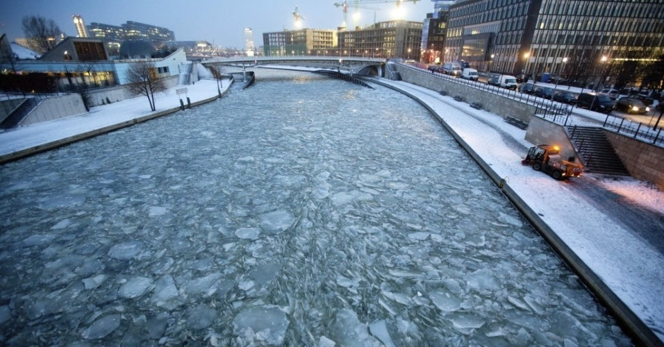 28.jan.2013 - Rio Spree fica congelado perto de edifícios do governo em Berlim, na Alemanha, nas primeiras horas desta segunda-feira (28)