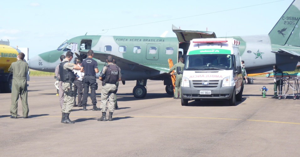 28.jan.2013 - Um avião C-130 Hércules da Força Aérea Brasileira decolou às 18h30 da Base Aérea do Galeão, no Rio de Janeiro, com equipamentos necessários para aumentar o número de leitos da UTI (Unidade de Terapia Intensiva) no hospital Conceição, em Porto Alegre, onde parte dos feridos do incêndio na boate Kiss estão sendo atendidos