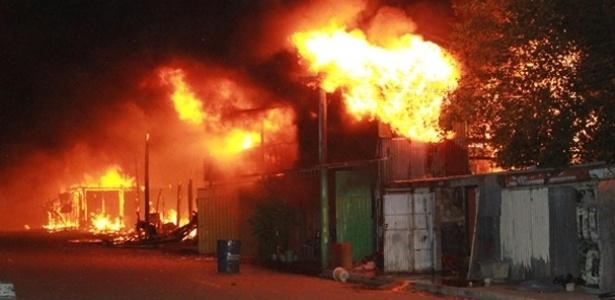 28.jan.2013 - Um incêndio atingiu cerca de 50 casas na Vila Liberdade, zona norte de Porto Alegre. Pelo menos duas pessoas ficaram feridas