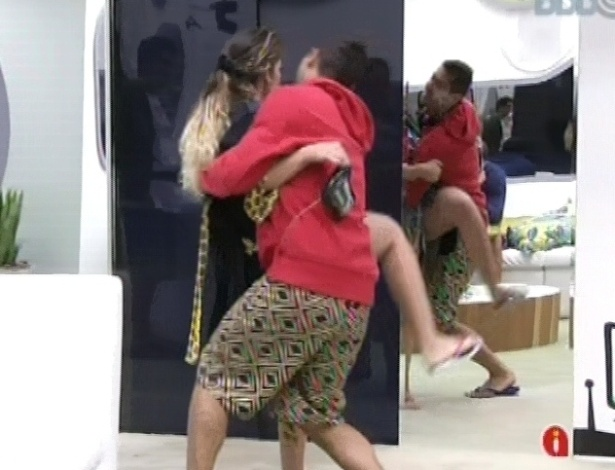 28.jan.2013 - Yuri brinca com Anamara, segundo a sister, que é líder, no colo