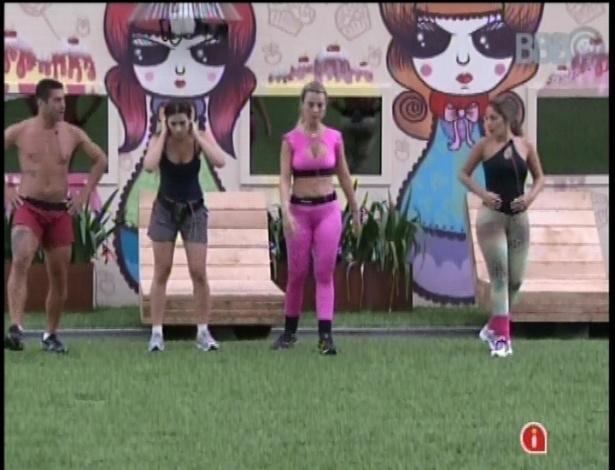28.jan.2013 - Yuri comanda um intenso treino aeróbico no jardim da casa com as sisters Kamilla, Anamara e Fernanda