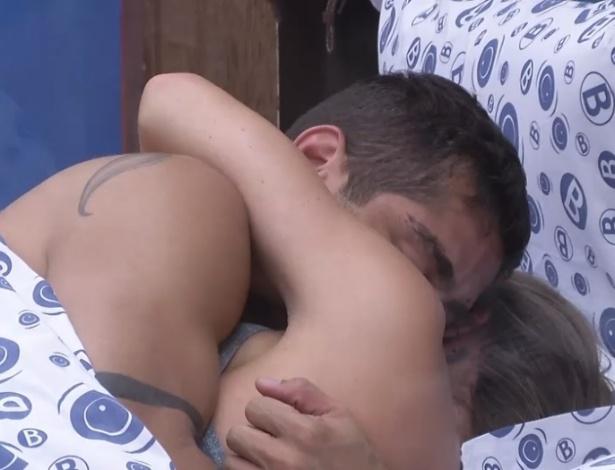 28.jan.2013 - Yuri e Natalia fizeram as pazes na tarde desta segunda e selaram a conversa com um beijo