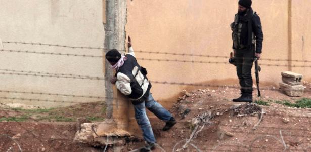 Membros do Exército Livre da Síria patrulham na cidade de Ras al-Ain, na fronteira com a Turquia