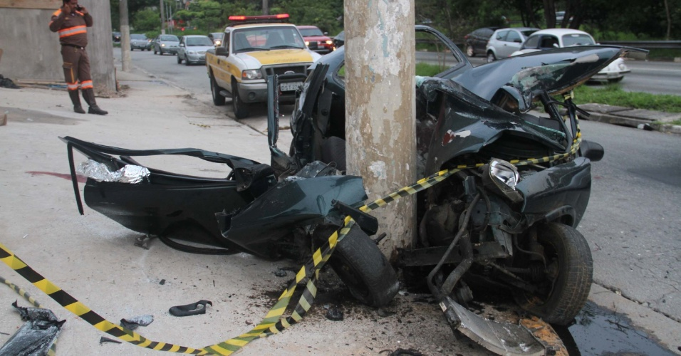 28.jan.2013- O motorista de um carro perdeu o controle do veículo e bateu violentamente contra um poste, na avenida Escola Politécnica, zona oeste de São Paulo. Cinco pessoas ficaram feridas. As vítimas foram levadas para o Hospital Universitário e para o Hospital das Clínicas