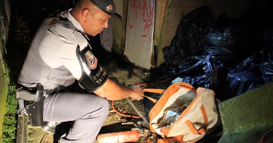 28.jan.2013- Um bebê de cinco meses foi encontrado morto dentro de uma sacola plástica no lixo de uma casa, na região do Grajaú, na zona sul de São Paulo, na noite deste domingo (27). Segundo a Polícia Militar, a mãe e a tia da criança foram detidas. Outras sete crianças foram localizadas na casa da família em situação precária