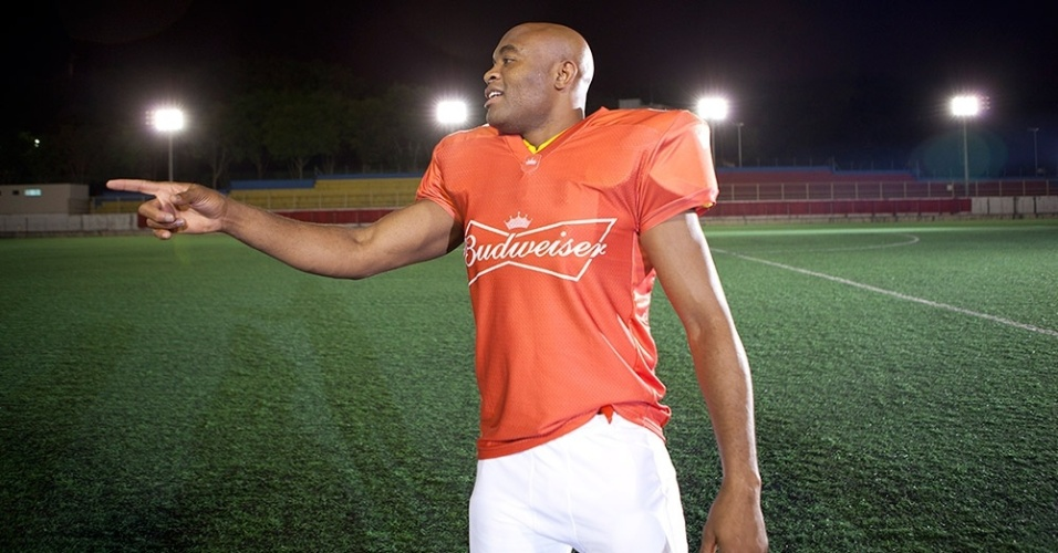 Anderson Silva se transforma em jogador de futebol americano para ao publicitria da cerveja Budweiser