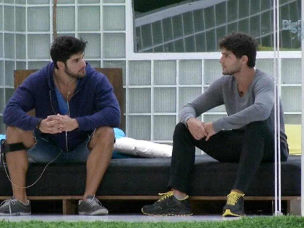 28.jan.2013 - André e Marcello conversam na área externa. O personal diz que se decepcionou com André