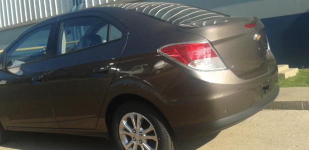 Chevrolet Prisma na versão LTZ e com a cor especial de lançamento, um belo tom de dourado: repare nas rodas de Agile e no vinco na traseira que é acompanhado nas lanternas e nas laterais