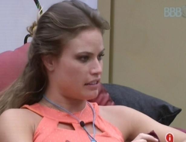 Natália e Anamara conversam no quarto do líder