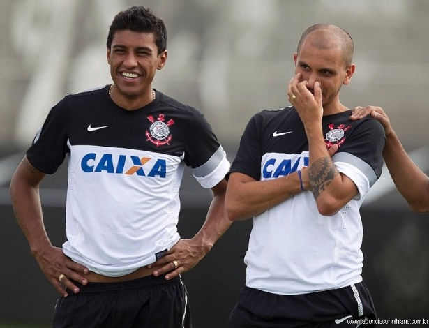 Paulinho, volante do Corinthians, descansa durante um treino no CT Joaquim Grava ao lado de Fabio Santos