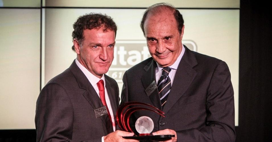 28/01/2013 - Cuca recebe o Troféu Grará das mãos do ex-treinador Procópio