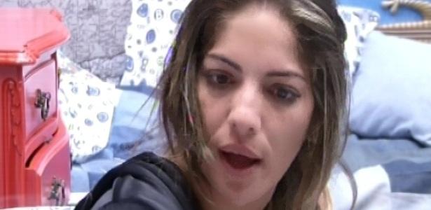 29.jan.2013 - Anamara conversa com Aslan no quarto brechó sobre a volta da baiana