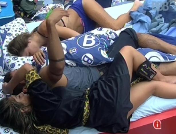 29.jan.2013 - Anamara deita com Yuri e Natália, que continua dormindo