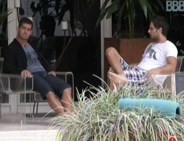 29.jan.2013 - Eliéser e Yuri especulam quem deve sair no paredão desta noite. Os dois acham que Aslan fica