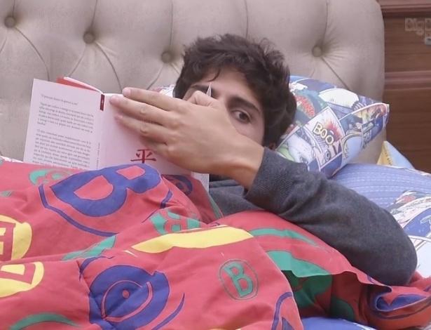 29.jan.2013 - Enquanto as mulheres se trocam, André lê um livro