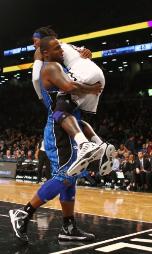 29.jan.2013 - Glen Davis agarra Gerald Wallace durante disputa de bola na derrota do Orlando Magic para o Brooklyn Nets