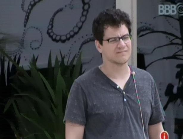 29.jan.2013 - Ivan observa garça no jardim da casa do