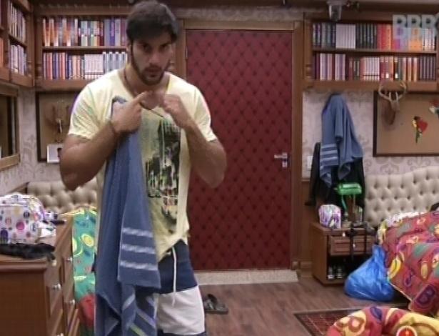 29.jan.2013 - Marcello arruma suas coisas no quarto biblioteca. Ele está no paredão com Aslan
