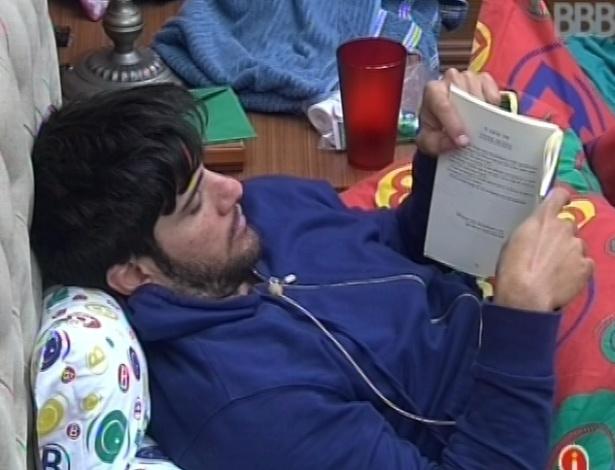 29.jan.2013 - Marcello lê na cama enquanto outros brothers dormem no quarto biblioteca