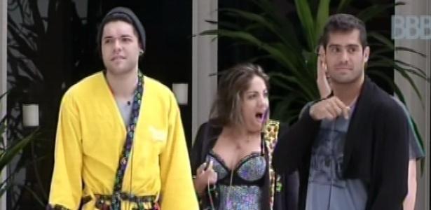 29.jan.2013 - Nasser, Anamara e Yuri observam Big Fone no jardim da casa do