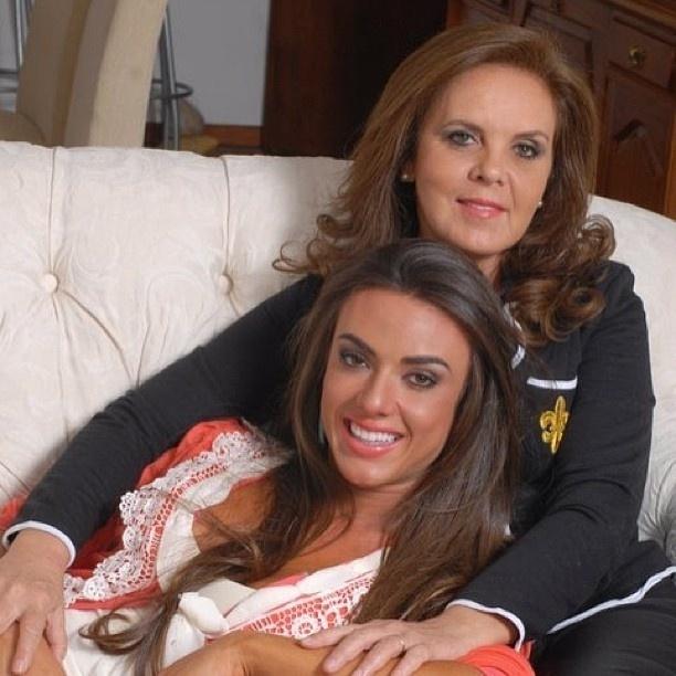 29.jan.2013 - A ex-panicat Nicole Bahls usou o Instagram para homenagear a mãe, Vera, no dia do seu aniversário. Ela publicou uma foto em que aparece no colo de Vera.