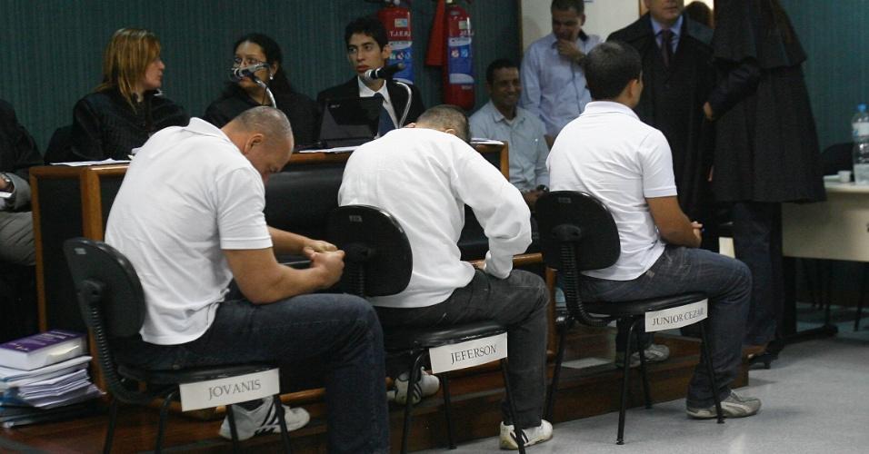 29.jan.2013 - Os policiais Jefferson de Araujo Miranda (centro) e Jovanis Falcão (à esquerda) e o soldado Júnior Cezar Medeiros são julgados pelo 3° Tribunal do Júri de Niterói, na região Metropolitana do Rio de Janeiro, nesta terça-feira (29). Os três réus são acusados de matar a juíza Patrícia Acioli. A previsão é que o julgamento dure três dias