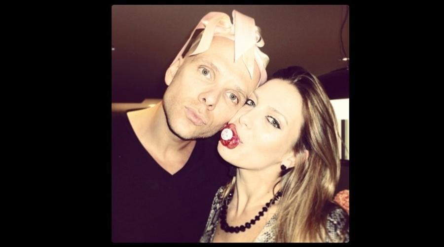 29.jan.2013 - Sheila Mello divulgou uma imagem onde aparece com uma chupeta na boca enquanto o marido, Fernando Scherer, usa um laço rosa em torno da cabeça. A dançarina está grávida de Branda, primeira filha do casal