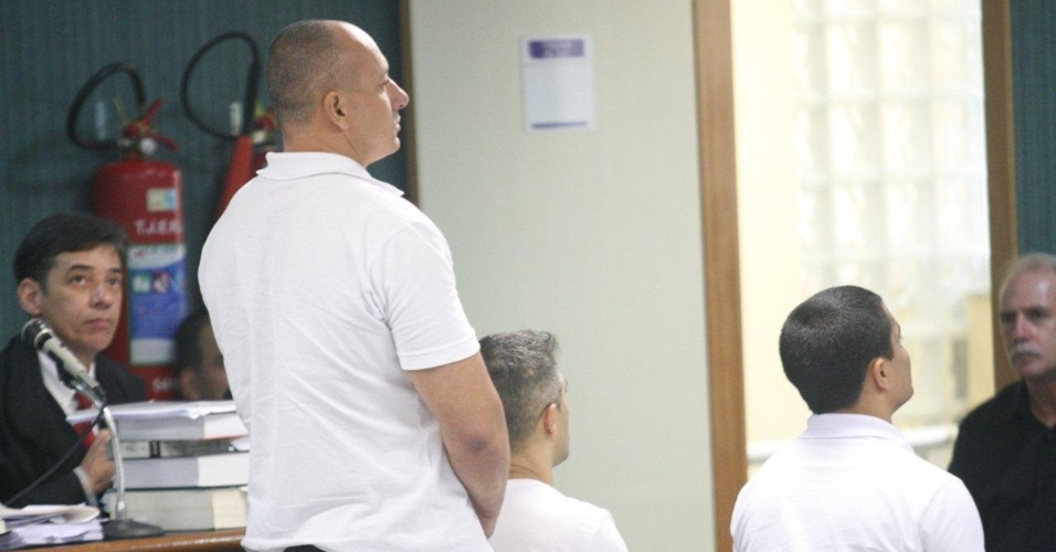 29.jan.2013- Jovanis Falcão Jr. fica de pé durante o julgamento dos três policiais acusados de matar a juíza Patrícia Acioli, em agosto de 2011, na 3ª Câmara Criminal de Niterói, no Rio de Janeiro. Além de Jovanis, são acusados também Jeferson Araújo Miranda e Junior Cézar de Medeiros