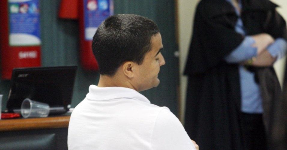 29.jan.2013- Junior Cezar Medeiros, um dos três policiais acusados de participar do assassinato da juíza Patrícia Acioli, em agosto de 2011, acompanha o julgamento ao lado dos outros dois réus, Jéfferson de Araújo Miranda e Jovanis Falcão Junior, na 3ª Câmara Criminal de Niterói, no Rio de Janeiro