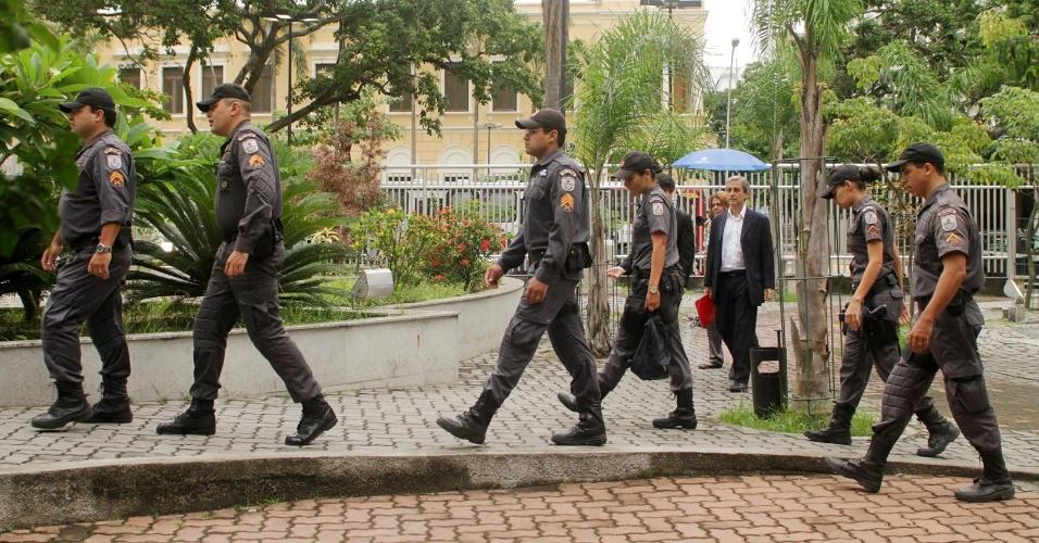 29.jan.2013- Policiais chegam para acompanhar o julgamento dos três policiais militares acusados de matar a juíza Patrícia Acioli, em agosto de 2011