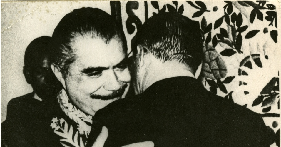 José Sarney recebe abraço do presidente da República João Baptista Figueiredo, ao assumir a cadeira 38 da ABL (Academia Brasileira de Letras)