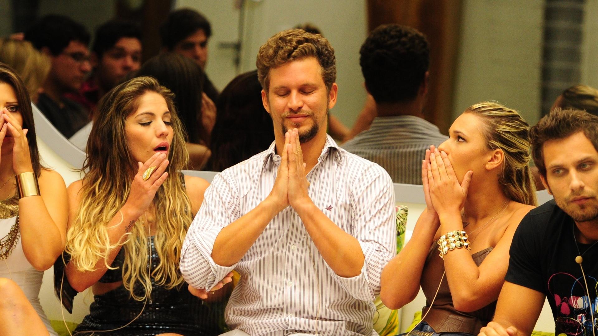 29.jan.2013 - Aslan ficou sentado ao lado de Anamara e Marien durante o programa de paredão