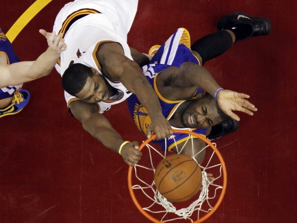 29.jan.2013 - Tristan Thompson crava sobre jogador do Golden State Warriors na derrota dos Cavs