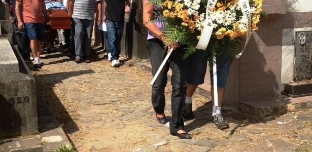Elaine Gonçalves, mãe de Gustavo Gonçalves, comparece ao enterro dele no cemitério ecumênico de Santa Maria (RS). O jovem teve 70% do corpo queimado e não resistiu aos ferimentos. Na última segunda-feira (28), Elaine enterrou outro filho, Deivis Gonçalves, também vítima do incêndio na casa noturna