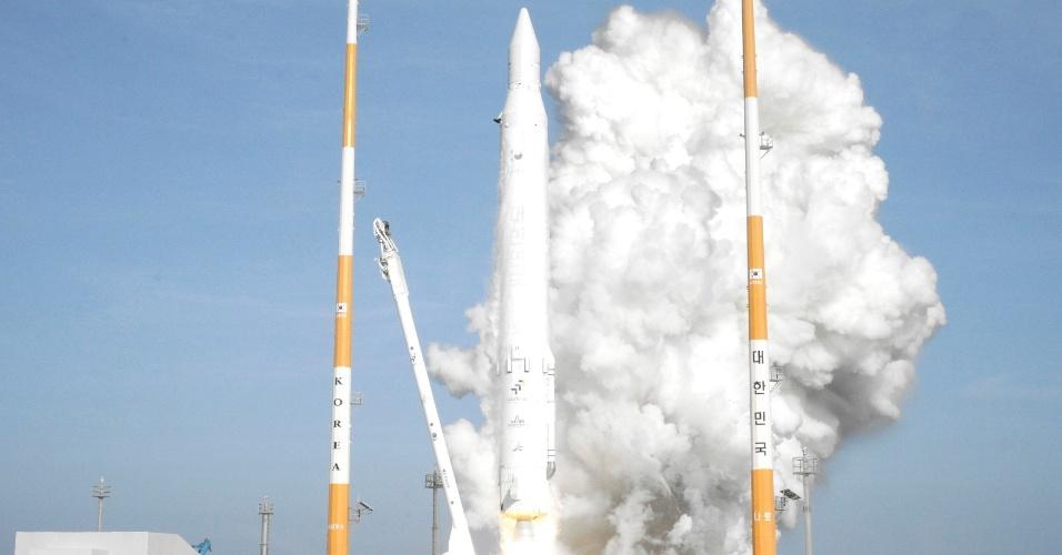 30.jan.2013 - A Coreia do Sul lançou o foguete Naro-1, o primeiro fabricado parcialmente com tecnologia local, nesta quarta-feira (30), após duas tentativas fracassadas em 2009 e 2010. O processo aconteceu como foi planejado e os mecanismos de abertura para liberar o satélite STS-2C funcionaram corretamente, mas ainda é preciso que o dispositivo envie seus primeiros sinais para determinar o sucesso total da missão