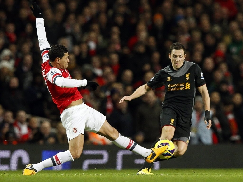 30.jan.2013 - André Santos (esq.), do Arsenal, disputa a bola com Stewart Downing, do Liverpool, em partida do Campeonato Inglês