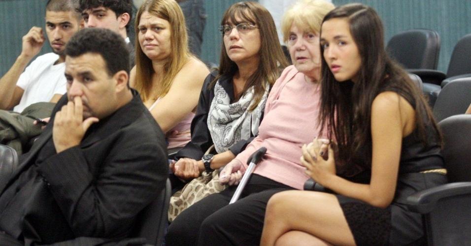 30.jan.2013 - Familiares da juíza Patrícia Acioli, morta em agosto de 2011, acompanham o segundo dia de julgamento dos três policiais acusados de assassinar a juíza, na 3ª Câmara Criminal de Niterói, no Rio de Janeiro