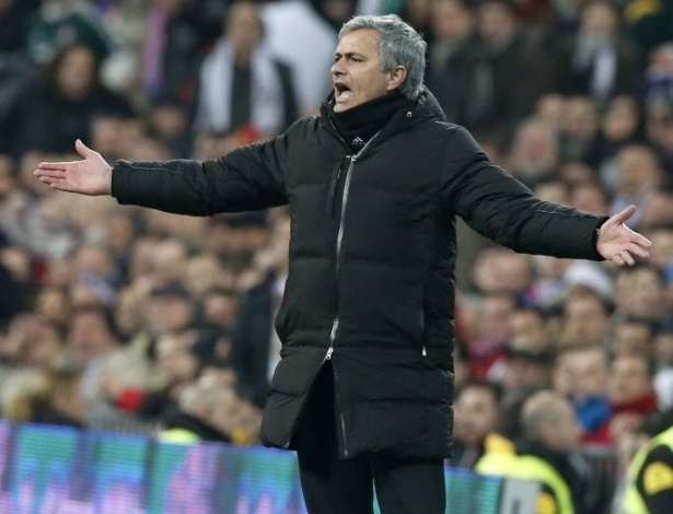 30.jan.2013 - José Mourinho, treinador do Real Madrid, reclama durante a partida contra o Barcelona pela Copa do Rei