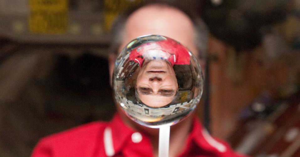 30.jan.2013 - O astronauta Kevin Ford, comandante da expedição 34 da Estação Espacial Internacional (ISS, na sigla em inglês), observa uma bolha d'água flutuar pelo laboratório da plataforma