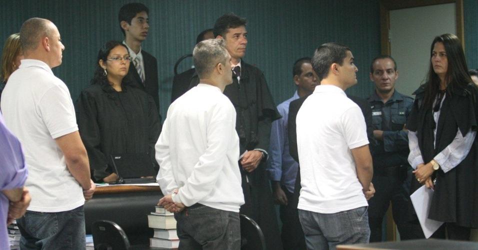 30.jan.2013 - Os policiais militares Jefferson de Araújo Miranda (centro), Jovanis Falcão Júnior e Junior Cezar de Medeiros (à direita), três dos 11 réus no processo, foram considerados culpados pelo assassinato da juíza Patrícia Acioli. Miranda foi condenado a 26 anos de reclusão. Já Falcão Júnior e Medeiros receberam as seguintes penas: 25 anos e seis meses de reclusão e 22 anos e seis meses de prisão, respectivamente. Acioli foi assassinada em agosto de 2011