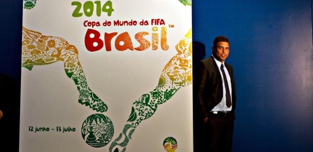 Ronaldo posa ao lado do recém-revelado cartaz da Copa do Mundo de 2014