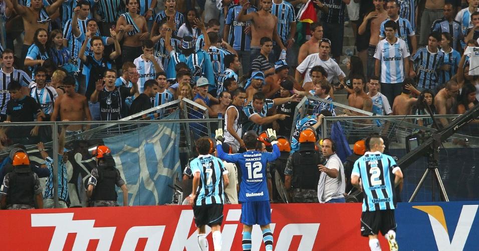 30.jan.2013 - Torcida do Grêmio cai ao fazer Avalanche para comemorar gol contra a LDU