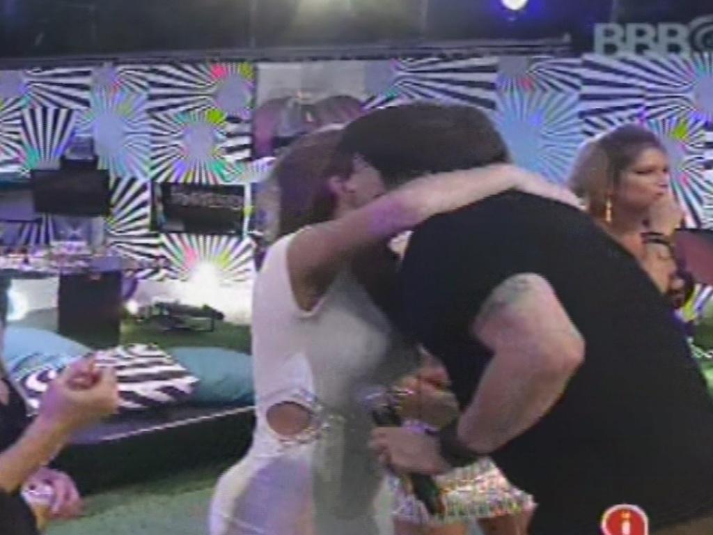 30.jan.2013 - Vocalista do RPM, Paulo Ricardo dá um abraço em Natália