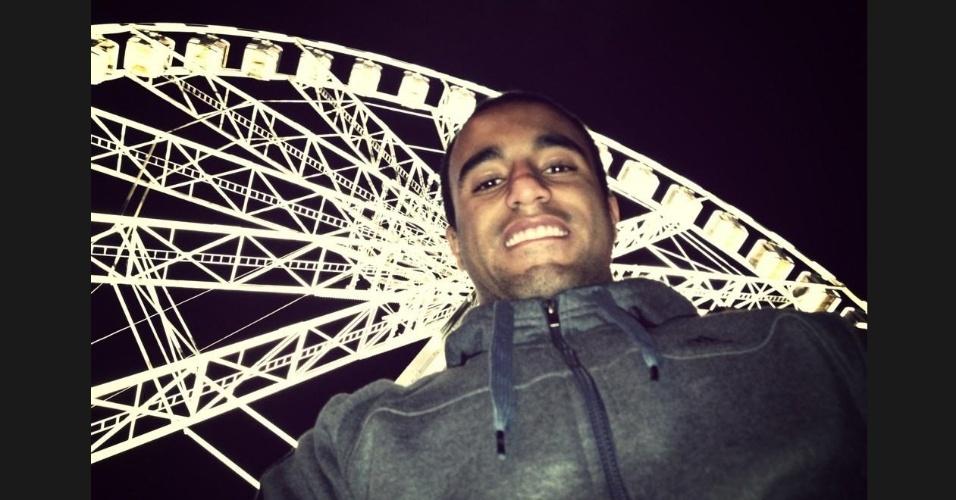 30.jan.2013- Quase um mês após chegar na França, Lucas posta foto em ponto turístico com mensagem em francês: