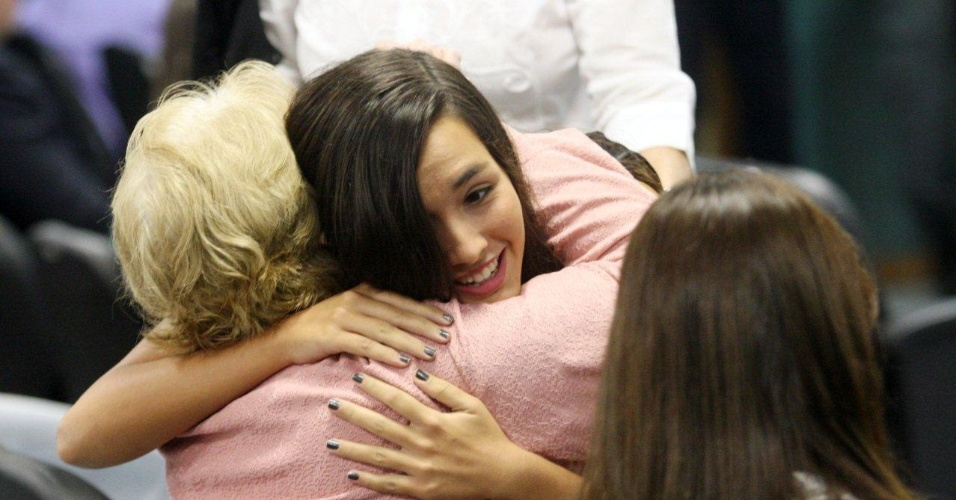 30.jan.2013- Ana Clara, filha da juíza Patrícia Acioli, morta em agosto de 2011, abraça a avó, dona Marly, na 3ª Câmara Criminal de Niterói, no Rio de Janeiro, no segundo dia de julgamento dos três policiais acusados de assassinar a juíza