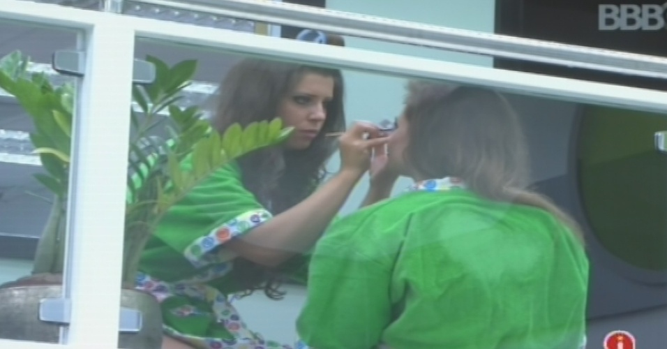 30.jan.2013 -Andressa maquia Natália antes da festa desta quarta