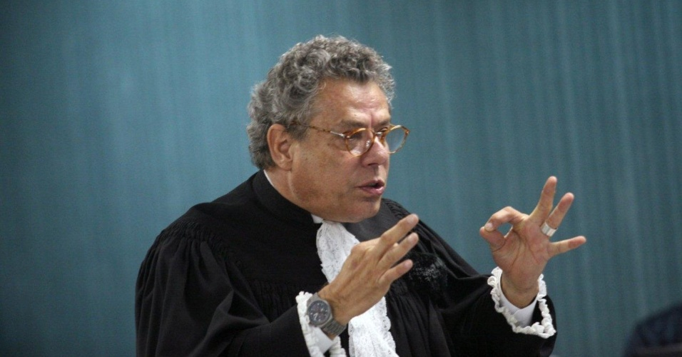 30.jan.2013- O assistente de acusação Téssio Lins e Silva argumenta com os jurados durante o segundo dia de julgamento de três policiais acusados de matar a juíza Patrícia Acioli, na 3ª Câmara Criminal de Niterói, no Rio de Janeiro. O crime aconteceu em agosto de 2011